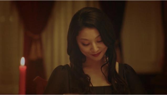 美食探偵 小池栄子 黒ドレス